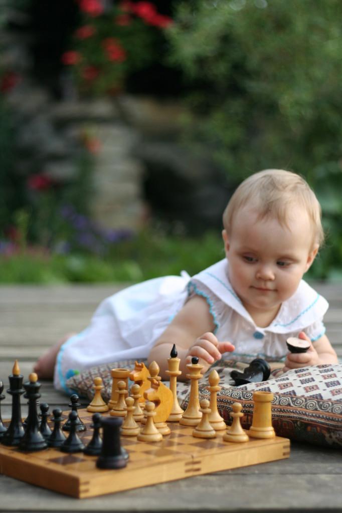 играет в шахматы
