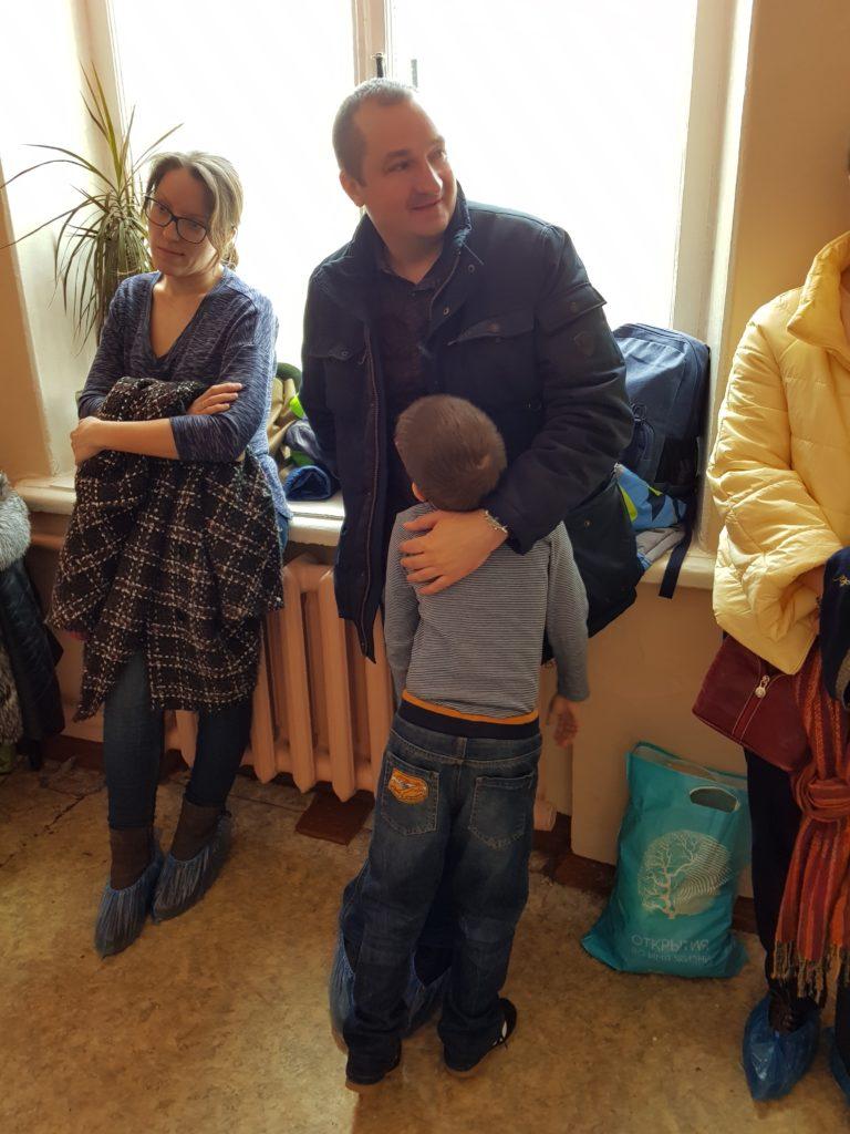 Папа обнимает сына