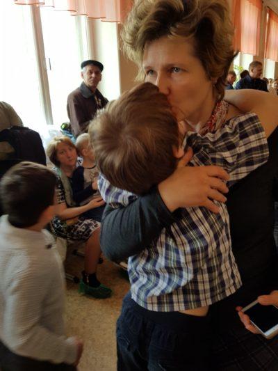 Мама целует сына