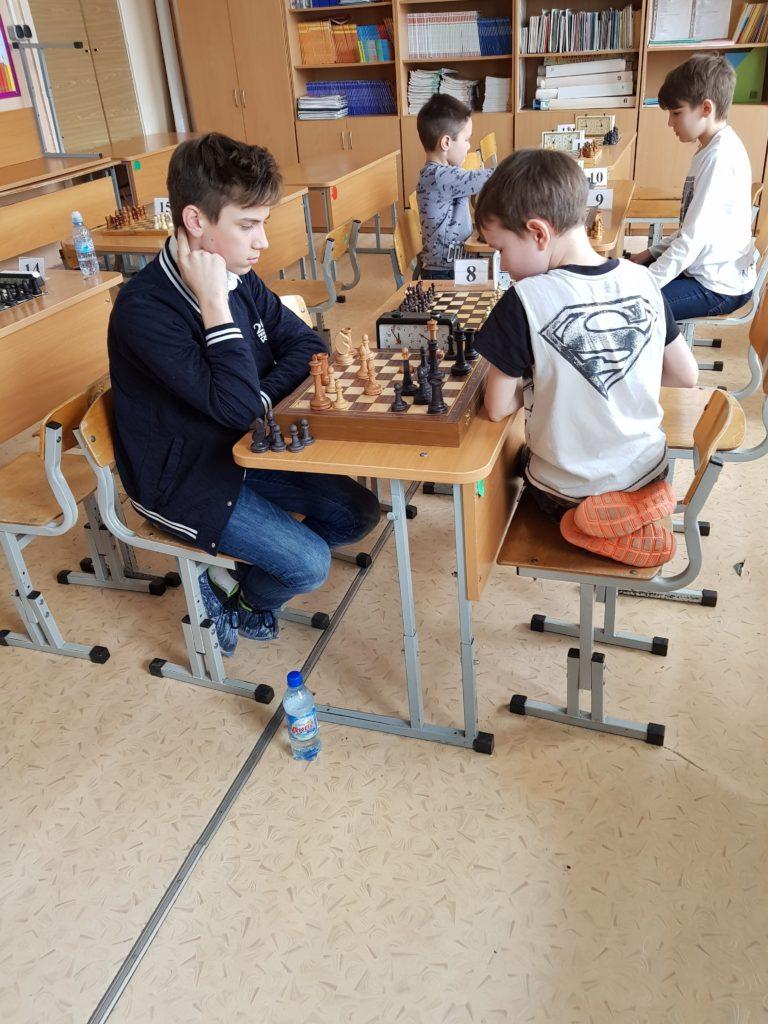 Два парня играют в шахматы