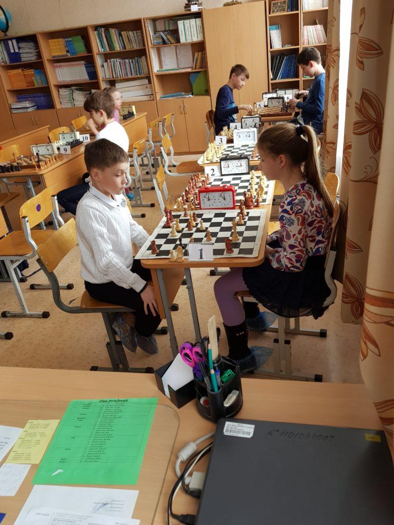 парень с девочкой играют в шахматы
